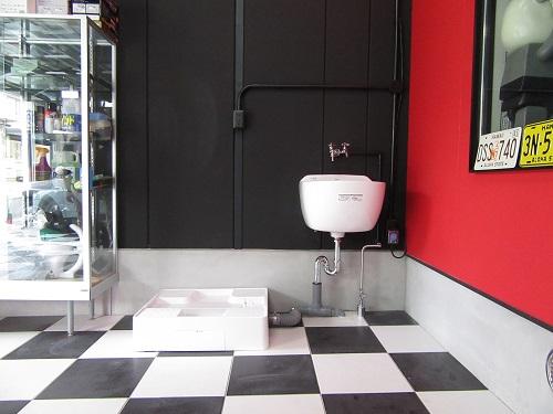 ガレージ内部に洗濯機置き場を新設♪趣味や、アウトドアで使用したものが綺麗に洗える手洗い器も新設しました。