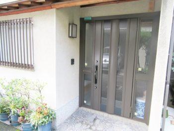 光の差し込む明るい玄関に。引き戸から開き戸タイプへのリフォーム