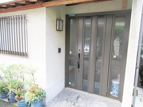 大阪市阿倍野区 M様 光の差し込む明るい玄関に。引き戸から開き戸タイプへのリフォーム