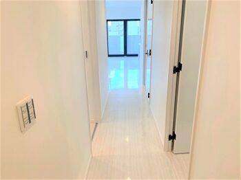 玄関から廊下、リビングへの景観です。スッキリと広々とした印象を与えます。