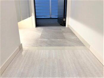 玄関と廊下です。玄関にはアイスグレーの床タイルを採用し、引き締まった印象効果を持たせています。