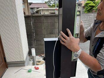 新しいポストを設置する為の門柱を建てます。